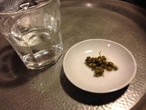 夕飯前の晩酌は焼酎。お湯割から炭酸水割りに移行。実山椒の薄口醤油漬けを何粒か噛みながら飲むと口内快楽。