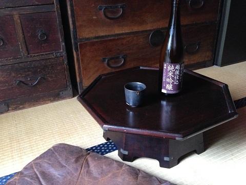さっそくその酒盃と父の日に家族からプレゼントされた純米酒で独酌だ。松本民芸家具の八角膳に乗せていただく。