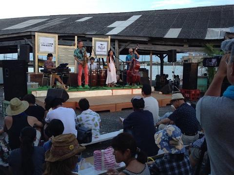 どんなステージにも対応するマルチな藤井さん率いるリトルジャイブボーイズとNILOさんのコラボも。NILOさんの伸びやかでピュアな歌声が港に涼風を運んでくれた。