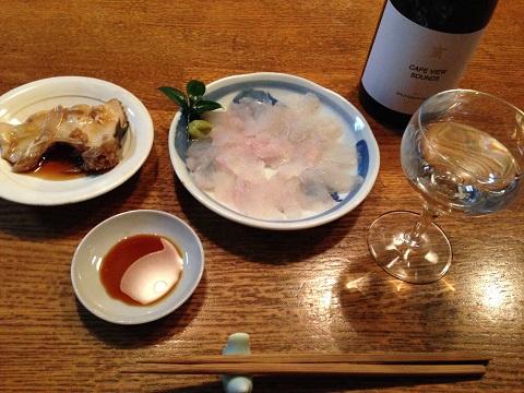 ひらめの刺身とアラ煮にはNZ産のすっきりした白ワインを。
