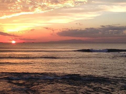 最近、休日の波乗りは遅い午後だ。その日の波のコンディションの中で一本の納得できる波に乗れればそれで充分だと思うようになった。「日没派」のつぶやき・・