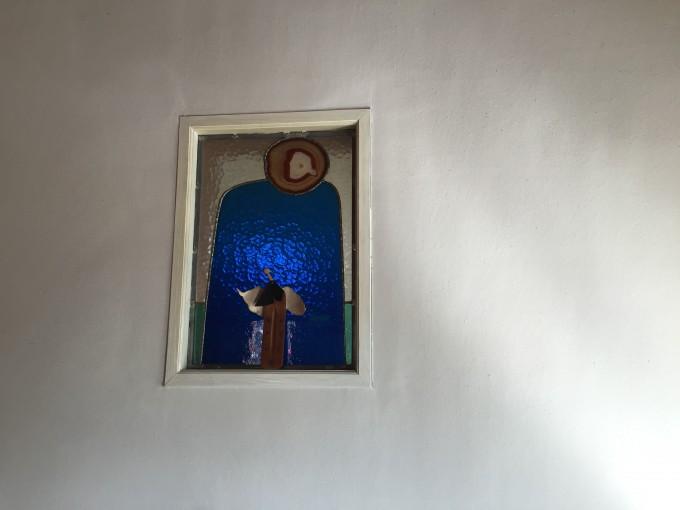 ギャラリー「シーレ」で買った天使をステンドグラスに添えた。
