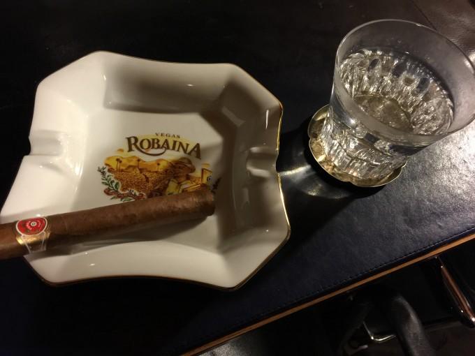 バカラのグラスは三世代に渡りカフェに来て頂いている方から、ベガス・ロバイナの灰皿は銀座のシガーが味わえるラム酒のバー「ランプ」のマスターからのいただき物。