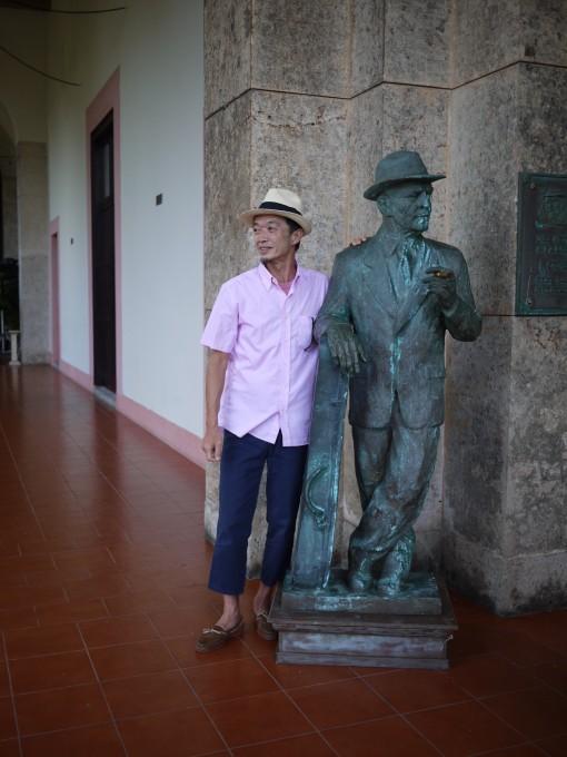 キューバを代表するホテル「ナシオナル」に立つコンパイ爺さんの像。そしてそれに憧れる私。