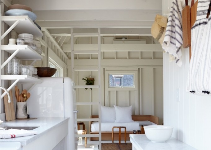 必要最小限のキッチンにはACE HOTELでも使われているSUMEGのシンプルな冷蔵庫が。