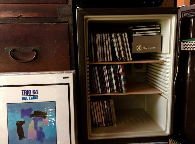 先日の壊れた小型冷蔵庫はCD収納ケースにおさまりました。