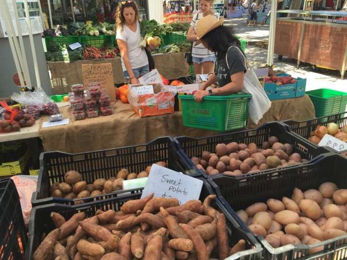 マーケットやスーパーで野菜を調達。