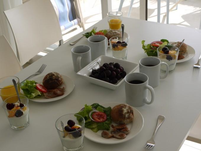 朝食はこんな感じ。持参した珈琲が無いと一日が始まりません。