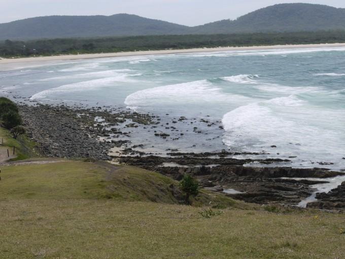 手付かずの美しい海岸線だが、強いオンショアが吹いていた。