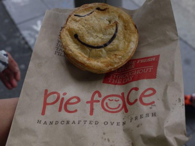 オーストラリアで美味しかった数少ない物の一つがパイ。歩きながら頬張ればシドニーっ子気分(笑)
