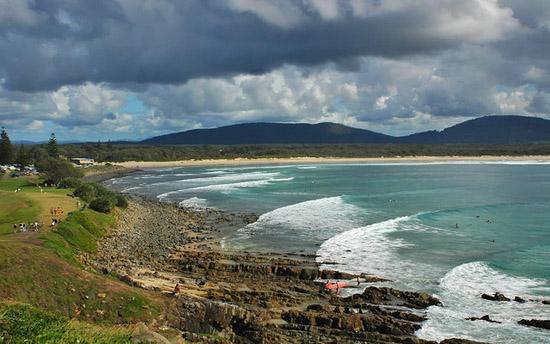 ヌーサやバイロンベイに比べればあまり知られていない波ですが、岬に沿ってブレイクする波はロングライディングが出来そうです。
