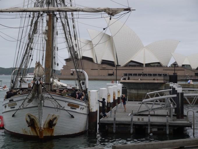 シドニーのランドマーク、オペラハウスと帆船。