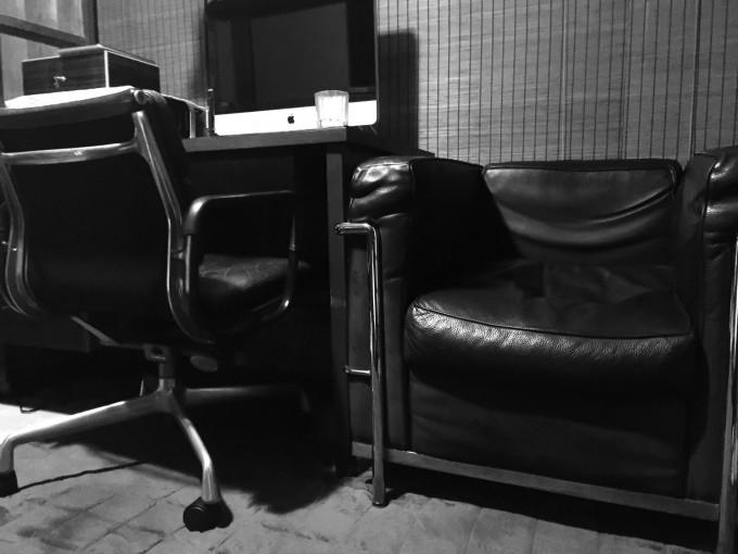 ブログなどを書く時に座るデスクチェアは80年代のイームズ(アルミナム)。ソファーは20年近く愛用しているコルビュジェ。どちらもブラックレザー。