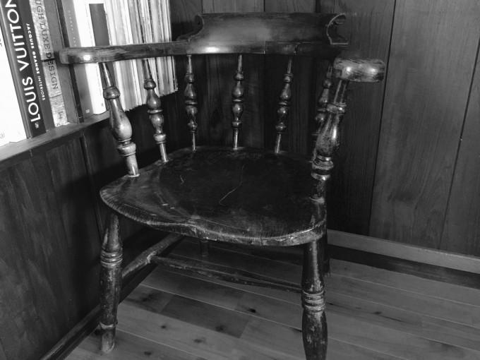 リビングの本棚の脇には1800年代のスモーカーズボウチェア。肘掛け椅子が好きなんです。