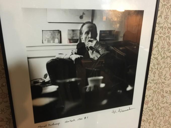 この写真、実は金城さんという日本の写真家が撮っていた。デュシャンは葉巻とチェスが好きだったという。