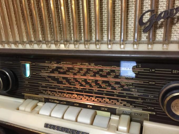 TELEFUNKENの真空管ラジオにスマホから音を飛ばす。rajikoのアプリで良い音で聴けるから。