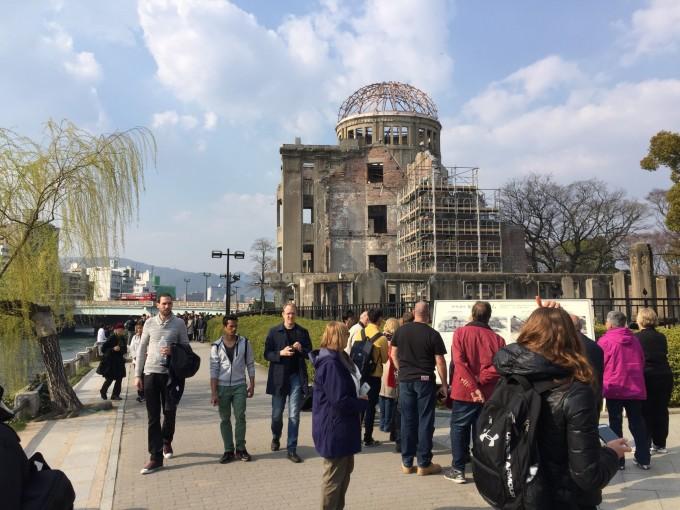 大勢の外国人観光客が訪れドームを目の当たりにする。案内するガイドの説明にも熱が入っていた。聞く方も真剣そのもの。