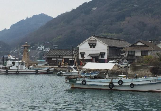 鞆の浦まで一時間のドライブ。江戸時代の石の灯台や町並みを散策。