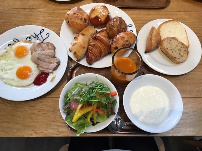 早めの予約で焼き立てパン食べ放題の朝食が付いていました。