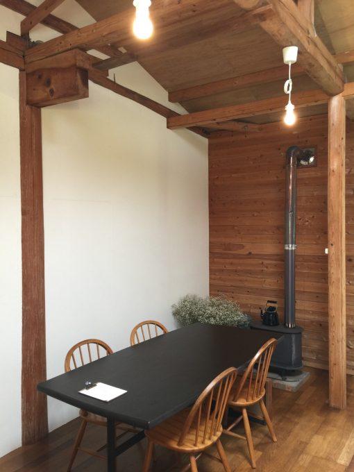 けして広い店ではないが高い天井や天窓などで気持ち良い開放感がある。