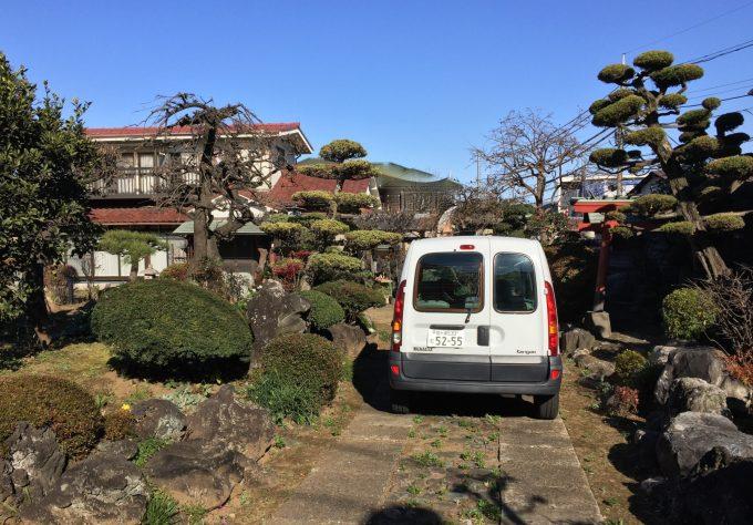 71歳で亡くなった義父はいなせな庭師だった。その義父が造った庭を眺め偲ぶ(写真は冬)右奥にお稲荷さんの鳥居がある。