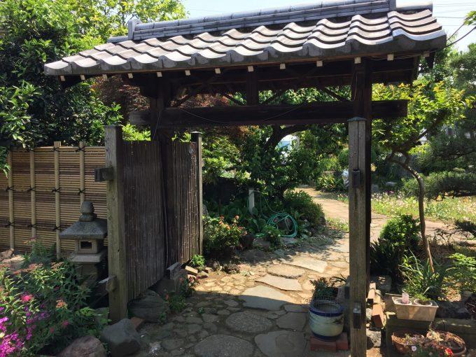 義父の造った庭の門。右下の火鉢にメダカがいる。
