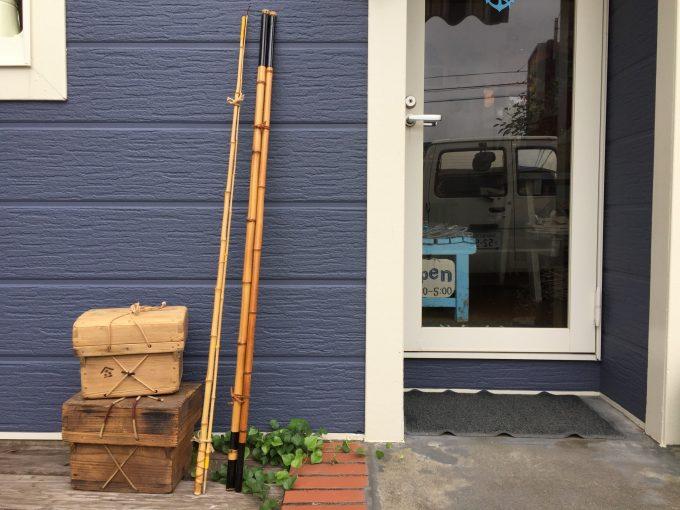 江戸から昭和初期まで使われていた漁師のユーティリティーなツールボックス「沖箱」に竹竿。こんなレトロな道具で孫と遊ぼうと思っています。