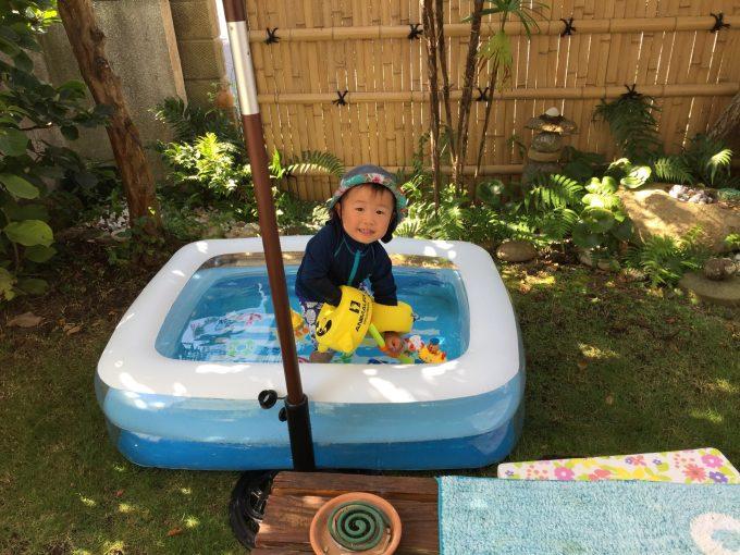 今年の夏はヒナタくん、完全装備でプールで遊びました。もちろん周囲に蚊取り線香を配置。