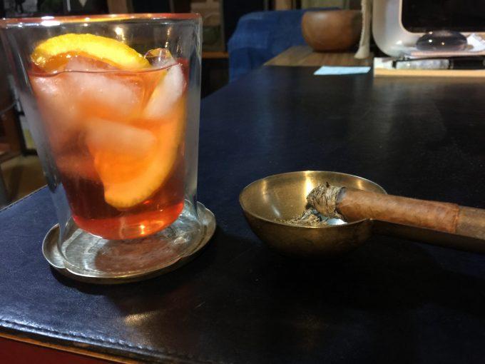 カクテル「ネグローニ」の甘く苦い味わいは癖になります。ジン&カンパリ&スイート・ベルモットを各20mlづつ氷を入れたグラスに注ぎオレンジをひとかけら。シガーにもバッチリです。夜はこれらで疲れを癒やします。