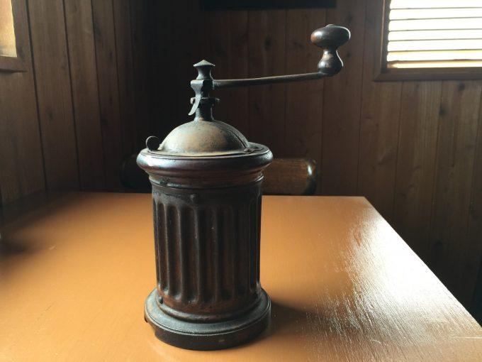 100年前のプジョー。藤田嗣治の使っていたミルは今、サンドカフェのカウンターの上に在る。