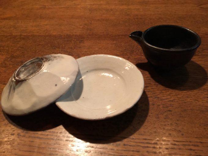 花岡隆の小皿。何でも無さそうで裏は面取りが。直径6センチ程の小さな片口。村木雄児。みどりさんは醬油注ぎで使っていると言っていたがぐい呑でも良いかな。